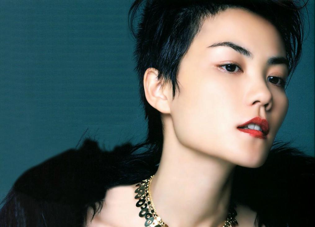 日本神级歌手_1999年,凭借歌曲《eyes on me》获得第41届日本唱片大奖亚洲音乐奖,同