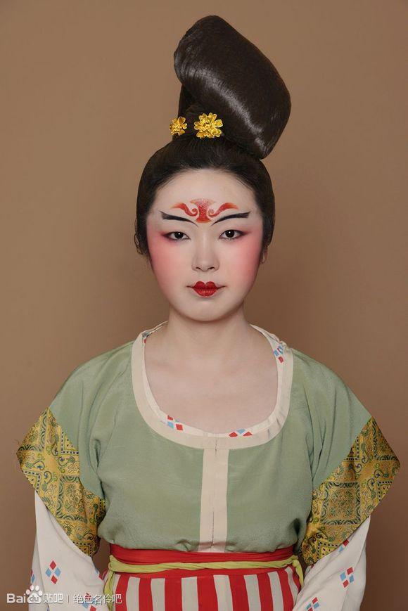 唐朝服飾是唐朝的服裝,它有公服,圓領袍,半臂,衫裙,帔等,裝飾有幞頭圖片
