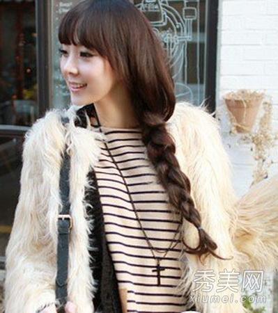侧编麻花辫的编法_将长发从颈部发丝一直编织至发尾,麻花辫编出松散的效果可以令造型更
