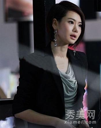 干练气质短发+黑色西装的搭配职场ol味道十足.