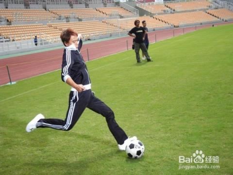 動作要領:踢定位球時,直線助跑,支撐腳踏在球側約十五厘米處,腳趾指向圖片