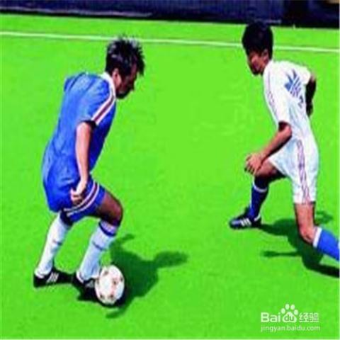 腳背外側運球動作要領:跑動時身體也是放松,上體稍前傾,兩臂屈肘自然圖片