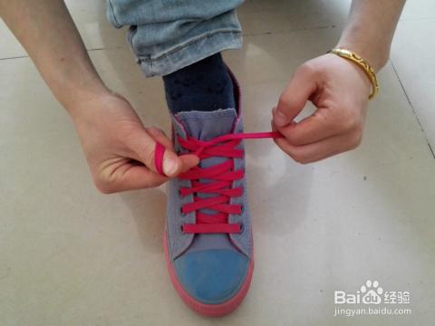 一個漂亮的蝴蝶結能讓你的鞋子增色不少,而這里介紹的蝴蝶結鞋帶系法圖片