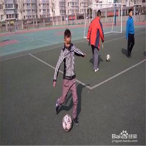 2 腳背正面運球的動作要領:運球跑動時身體自然放松,上體稍前傾,步幅圖片