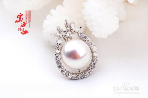 怎样鉴别真假珍珠   冰凉感:珍珠放在手上有冰凉的感觉,假