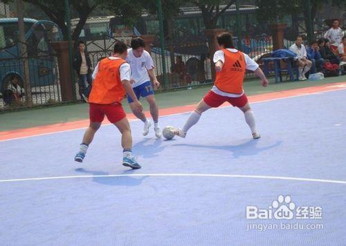 足球攔截傳球的要點圖片
