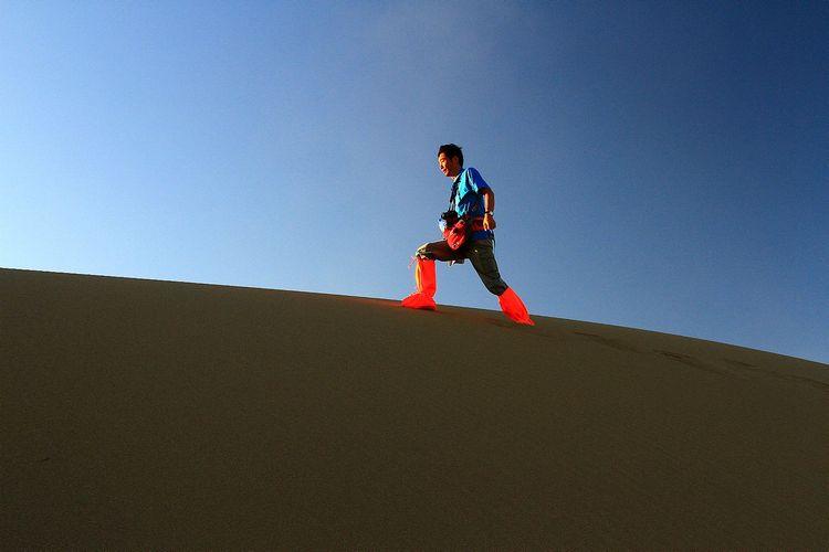 行走沙漠間圖片圖片
