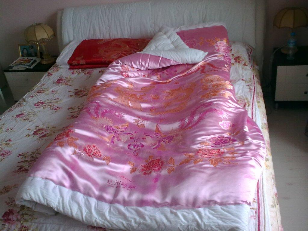 绸锻棉被与美女图片_绸缎棉被相册内容 绸缎棉被相册版面设计