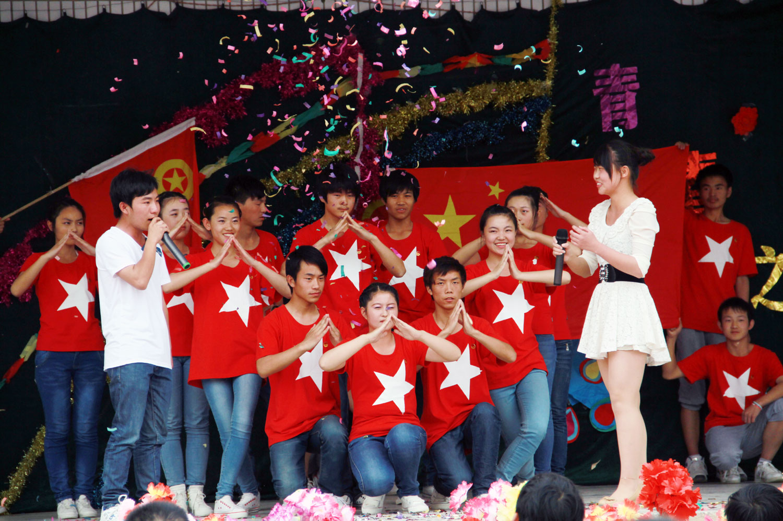 初中文艺汇演节目_阿拉尔的图片塔里木高级中学五四文艺汇演_百度知道