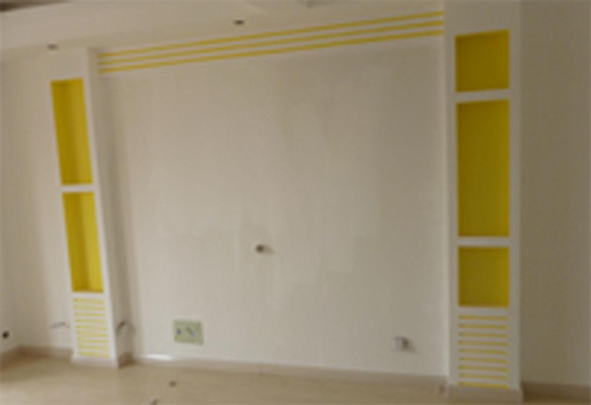 中间洞_电视背景墙俩边有两个柱子,柱子中间挖了几个方洞,方洞里刷的黄色