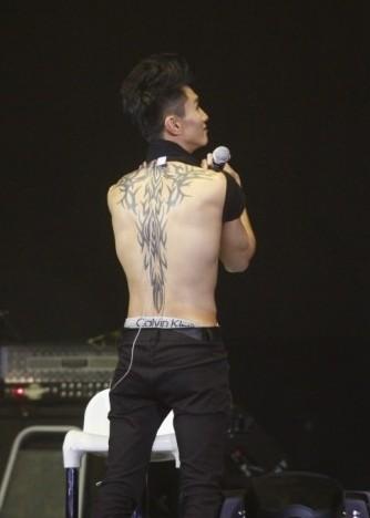 陈柏宇背部纹身_有没有陈柏宇清晰点的后背纹身图_百度知道