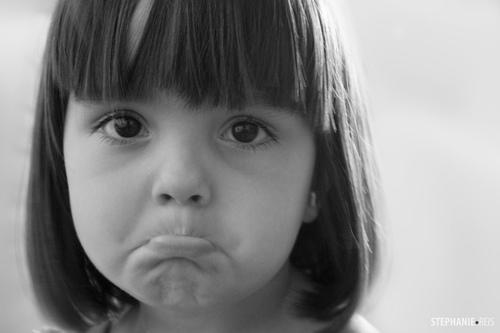 撅嘴小女孩可爱头像_外国情侣小孩的头像。背景是蓝色的。男孩撅嘴_百度知道