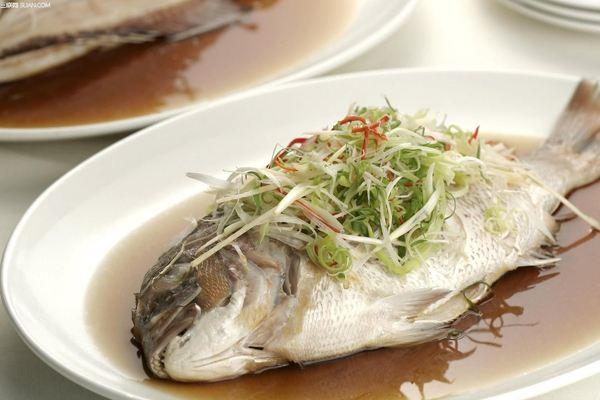 喉咙被鱼刺卡住,喝醋没用,哪些妙招可以让鱼刺自己跑出来?
