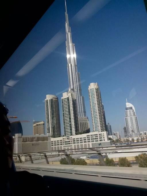 這是我在迪拜坐輕軌照的,世界第一高樓