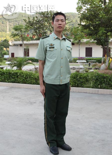 陆军军官短袖夏常服_我的军装是陆军夏常服短袖上衣,军官的,有姓名牌魔术贴的 ...