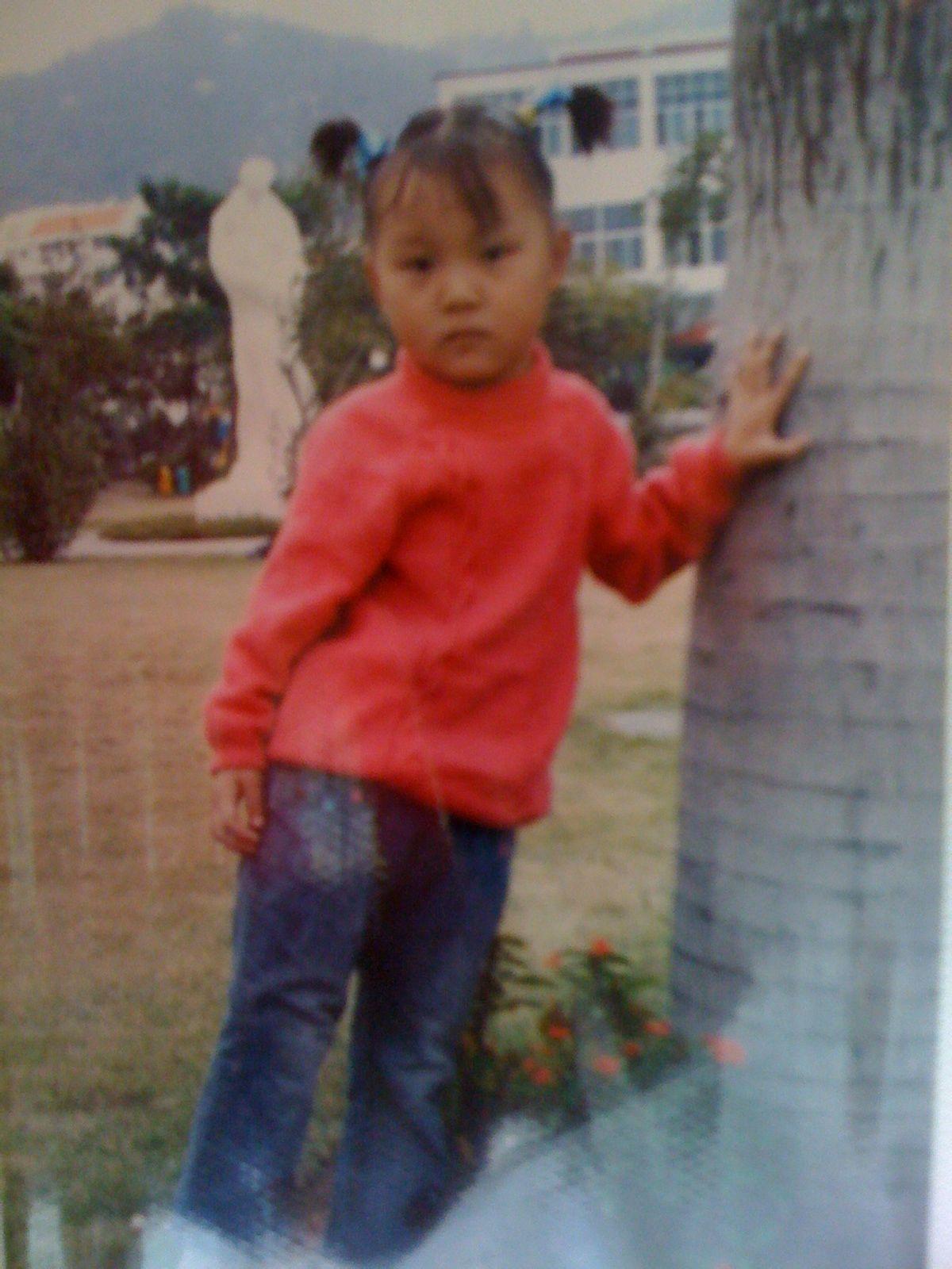 六哲小时候的照片_猜猜我现在几岁了?(这是小时候的照片)_百度知道
