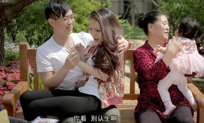 搞自己的美女妈妈_屌丝男士第二季第三集公园里坐大鹏腿上的女的是谁?