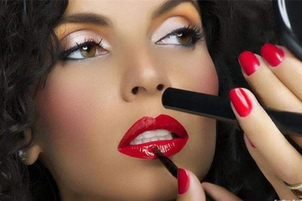 唇膏唇彩口红的区别_对新手来说唇釉好还是口红好?_百度知道