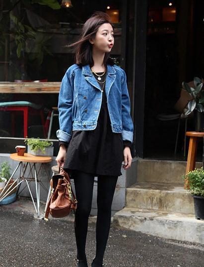 搭_路人穿搭:穿着黑色连衣裙的小姐姐,真是太酷了!