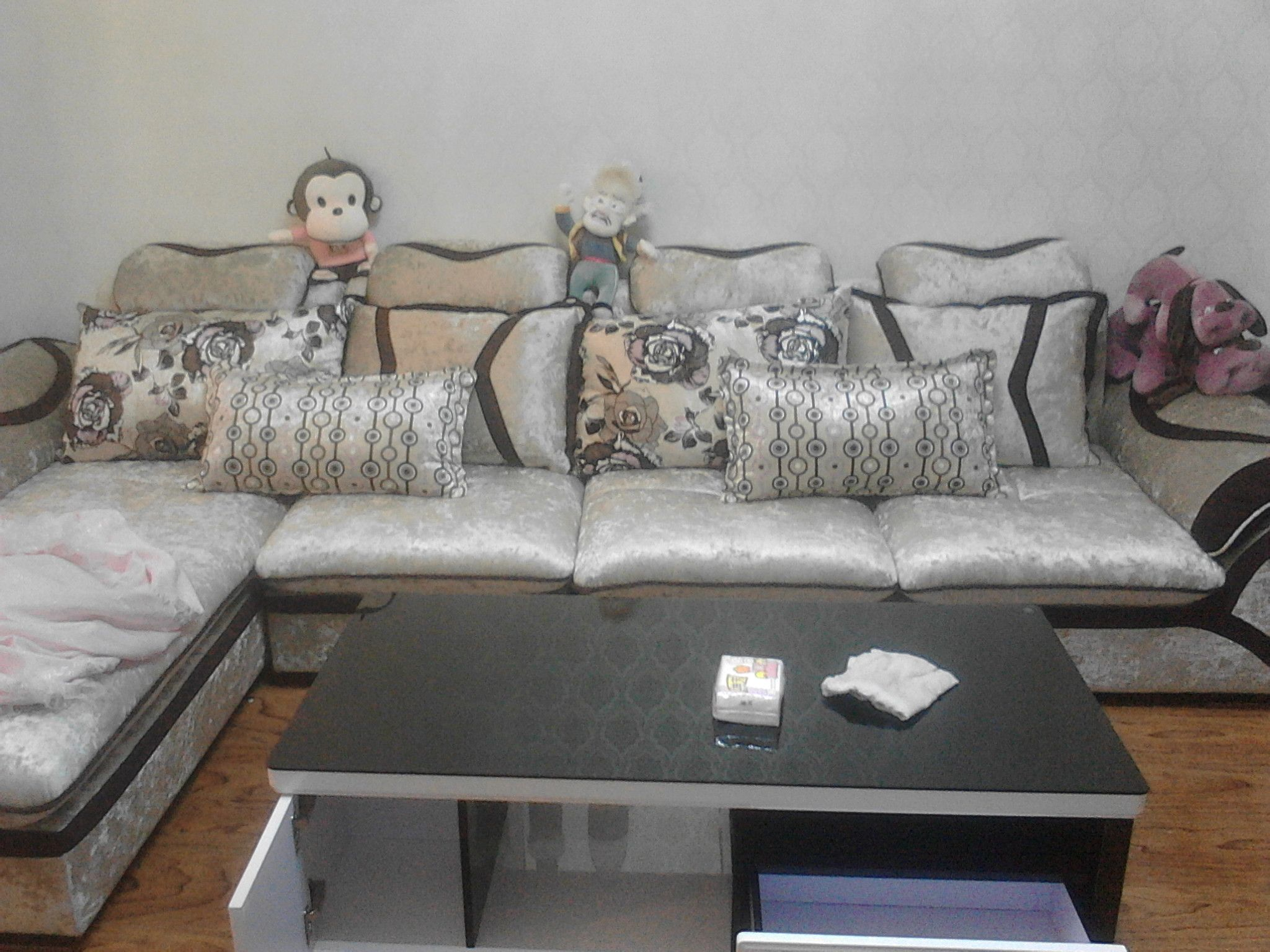灰色沙发搭配沙发垫_土黄色绒面的沙发搭配什么颜色图案的沙发垫好看一些_百度知道