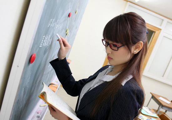 教师_请问她的名字叫什么?她好像扮演的是一个女教师,而且是日本 ...