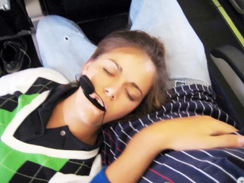 泽穴绘里香老师_和班里去外地玩,在火车上和老师挨着,不小心睡熟了,躺