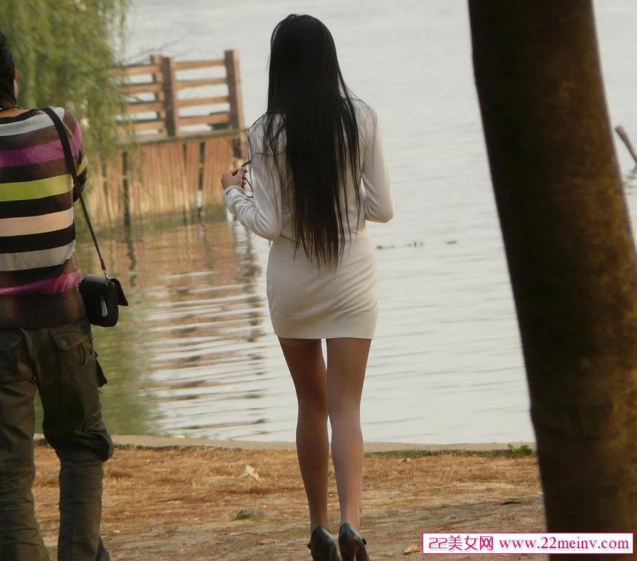 色妹妹偷拍网_在河边偷拍美女肉丝,要是没有男朋友我就要她电话了.