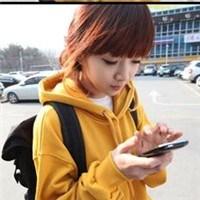 黄色干女学生_求一qq头像 女生 穿黄色衣服的.嗯.拿着手机.另一手图片