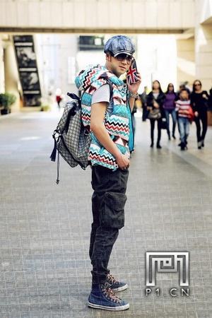 土黄色裤子搭配鞋子_我是男生,170、118斤、穿深蓝色高帮鞋搭配什么颜色的裤子和上衣 ...
