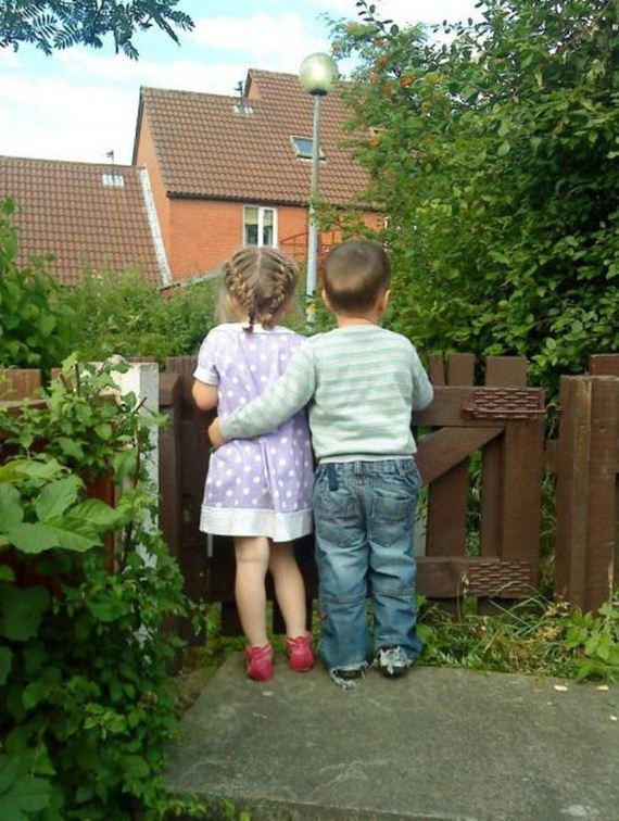 小男孩亲小女孩_一个小男孩抱着小女孩的图片,谁能帮找着原图。_百度知道