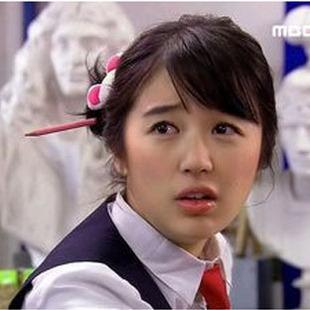 宫伊恩惠_想找一张照片是宫里面尹恩惠的照片。穿着校服带着眼镜然后头