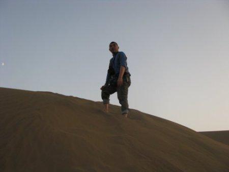 沙漠行走男人回頭圖片圖片