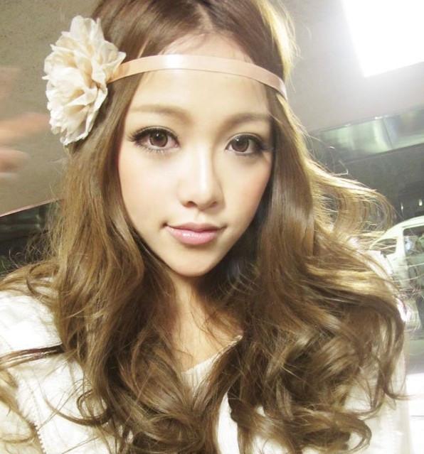 中亚麻金棕色_请问图片中的美女头发是什么颜色的?是亚麻色吗?_百度知道