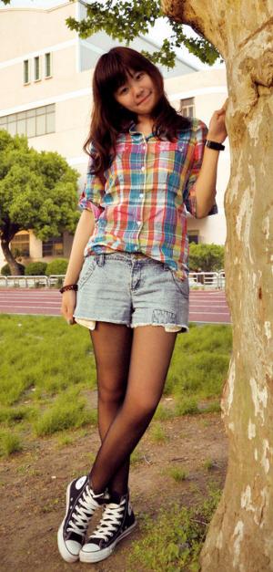 女孩穿超短裤_谁有女生穿黑丝袜与帆布鞋和牛仔短裤的图片?急用!_百度知道