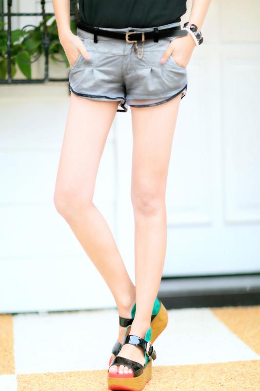 穿紧腿裤图片_谁有初中女孩穿牛仔短裤的图片网址?给我,露出好看的腿 ...