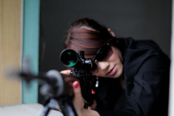拿枪指着别人的图片_求美女带把枪边图片_百度知道