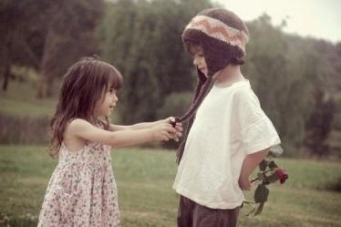 小男孩亲小女孩_类似这张欧美小男孩小女孩的图_百度知道