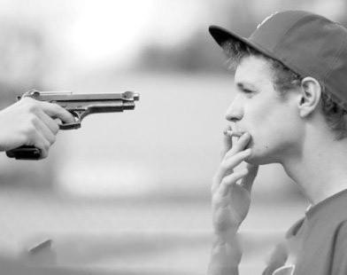 霸气社会人拿枪图片_一个成熟男的被人拿枪指着,他却在慢慢抽烟。求这种QQ头像 ...