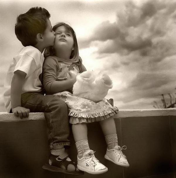 小男孩亲小女孩_求这张图片的高清版本 小男孩亲吻小女孩的_百度知道