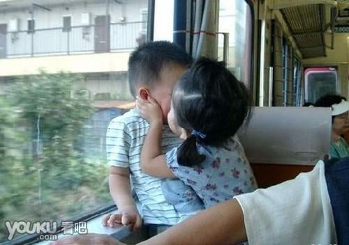 小男孩亲小女孩_求最近微博里特可爱的一个小女孩强亲小男孩的图片,…超萌的 ...